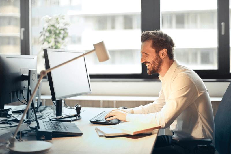Phonereso : homme travaillant au bureau