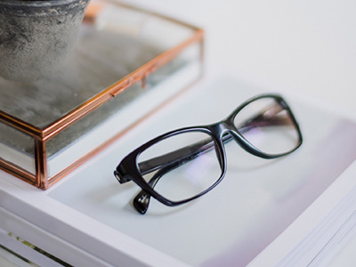 pme : lunette posée sur bureau